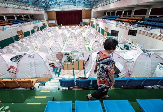 포항시 북구 흥해읍 흥해체육관에 마련된 이재민 임시구호소. 주민들이 작은 텐트에서 생활한 지도 어느덧 600일이 넘었다.