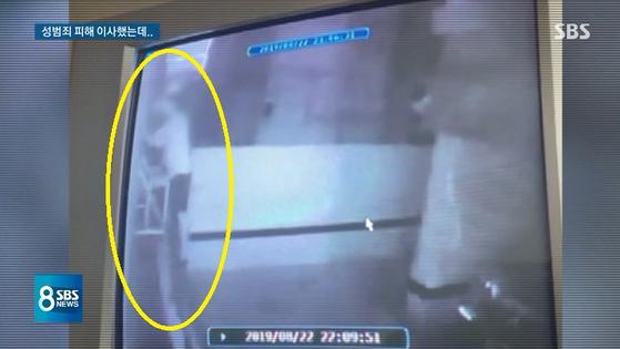 지난 22일 오후 10시쯤 서울 논현동 빌라에 사는 여성을 불법 촬영한 남성. [SBS 방송 캡처]