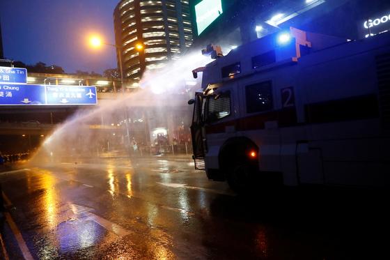 홍콩 경찰이 25일 홍콩 시위에서 처음으로 물대포 차 2대를 시위 현장에 투입해 진압에 나섰다. [로이터=연합뉴스]