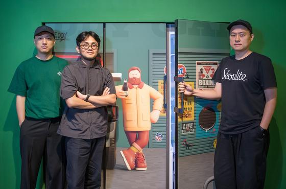 중앙일보는 지난 22일 서울 종로구 인사동 인사아트센터에서 슈퍼픽션 스튜디오의 이창은 작가, 김형일 작가, 송온민 작가 (왼쪽부터)를 만났다. 사진은 비스포크 냉장고 '슈퍼픽션 에디션' 앞에 선 세 작가. [사진 삼성전자]
