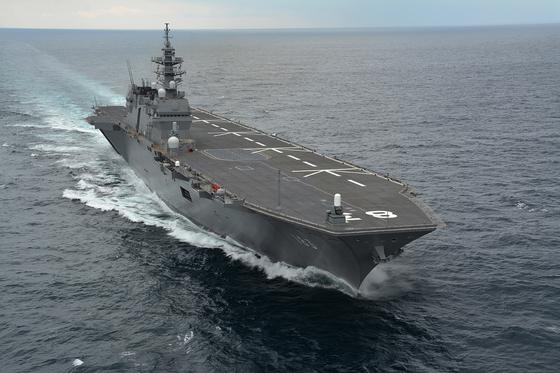 일본 해상자위대의 헬기 모함인 이즈모함. 약간 손만 보면 스텔스 전투기인 F-35B를 운용하는 경항모로 쓸 수 있다. [사진 위키피디아]