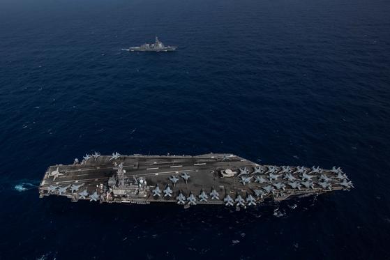미국 해군의 핵추진 항공모함인 로널드 레이건함(CVN 76ㆍ아래) 이 일본 해상자위대의 이지스 구축함인 묘코함(DDG-175)이 13~23일 필리핀해에서 연합훈련을 진행했다. 양국은 제2차 세계대전이 끝난 8월 15일을 기념하는 행사도 공동으로 열었다. [사진 미 해군]