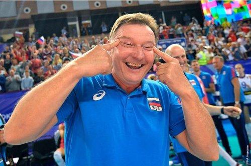 러시아 여자배구 대표팀의 이탈리아 출신 세르지오 부사토 수석코치가 5일(한국시간) 러시아 칼리닌그라드의 얀타르니경기장에서 열린 2020년 도쿄올림픽 세계예선 E조 3차전에서 한국에게 승리 뒤 전형적인 인종차별 행위인 '눈 찢기' 세리머니를 하고 있다. [사진 스포르트 24 캡처]