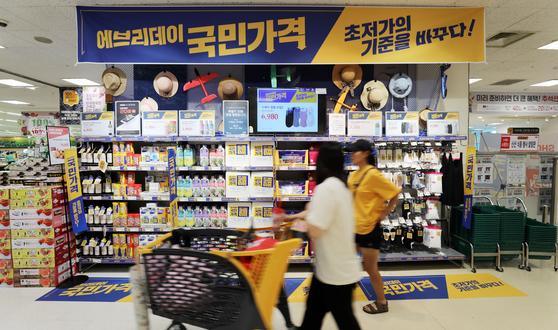소비자가 이마트 초저가 상품 에브리데이 국민가격 상품 진열대 앞을 지나고 있다. [사진 이마트]