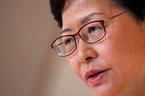 케리 람 홍콩특구 행정장관이 27일 기자회견에서 답하고 있다. 케리 람 정부는 현재 홍콩 시위에 대처하기 위한 방안으로 '계엄령'에 가깝다는 말을 듣는 '긴급법' 시행을 검토하고 있다고 홍콩 명보는 28일 보도했다. [로이터=연합뉴스]