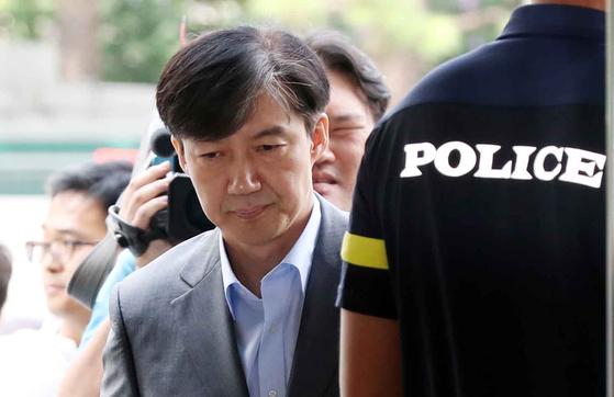 조국 법무부 장관 후보자가 28일 서울 광화문 청문회 준비 사무실로 출근하고 있다. 김상선 기자