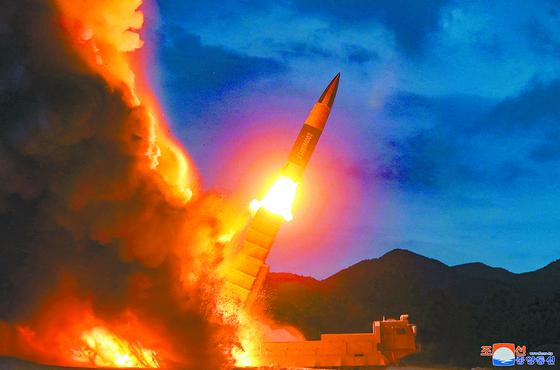 북한이 10일 함흥 일대에서 발사한 미사일의 모습. 북한판 전술 지대지 미사일로 추정된다. 미국과 러시아가 중거리핵전력(INF) 폐기조약을 파기한 8월 2일 이후에도 북한은 계속 미사일 시험 발사를 하고 있다. [연합뉴스]
