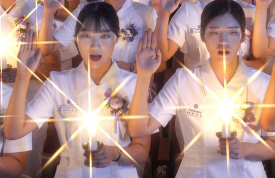국군간호사관학교 2학년 생도들이 28일 오후 대전 유성구 자운대 사관학교 백합관에서 나이팅게일 선서식을 하고 있다. 대전=프리랜서 김성태