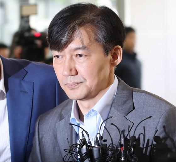 조국 법무부 장관 후보자가 28일 인사청문회 준비 사무실이 마련된 서울 종로구의 한 건물로 출근하고 있다. [연합뉴스]