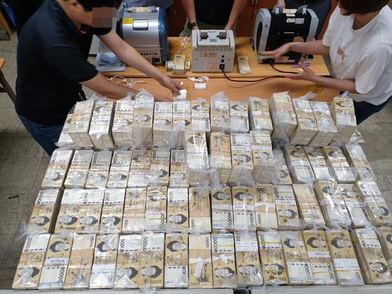 인천지방경찰청 광역수사대는 1조 7000억원대 도박 사이트를 운영한 일당 12명을 검거하고 불법 수익금 153억원을 압수했다. [사진 인천지방경찰청]