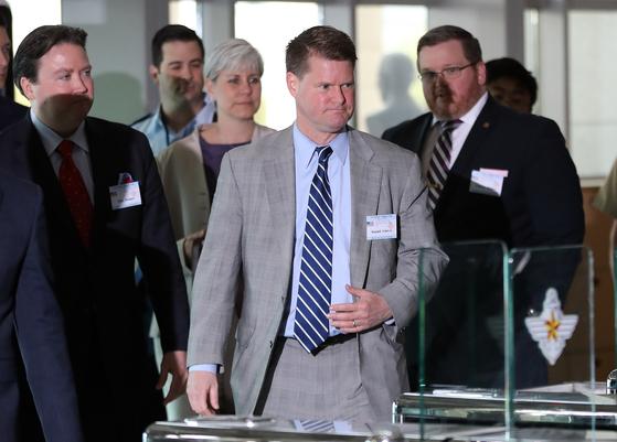 지난 5월 한·미·일 안보회의(DTT) 참석차 방한한 랜들 슈라이버 미 국방부 차관보(가운데)가 국방부 청사로 들어가고 있다. [뉴스1]