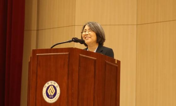 아주대 석좌교수로 위촉된 김영란 전 대법관이 28일 아주대 전체 교수 세미나에서 앞으로의 계획 등을 밝혔다. [사진 아주대]