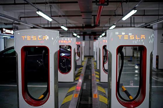 테슬라 전용 급속충전기가 지난 4일 중국 장쑤성 쑤저우의 한 주차장에 설치돼 있다. 테슬라는 올해 말 상하이 공장의 가동에 들어가 저가형 제품인 모델3 등을 생산할 예정이다. [로이터=연합뉴스]