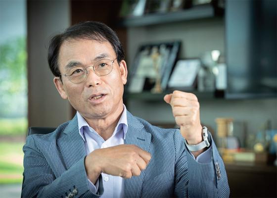 """진대제 스카이레이크인베스트먼트 회장은 '세상은 바뀌는데 삼성은 적응하지 못하는 부분이 있을 수도 있다""""고 경계했다."""