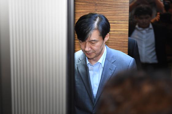 조국 법무부 장관 후보자가 지난 27일 오후 인사청문회 준비단 사무실이 마련된 서울 종로구 적선현대빌딩에 출근하고 있다. 임현동 기자