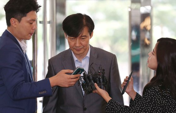 조국 법무부 장관 후보자가 28일 서울 광화문 청문회 준비 사무실로 출근하며 기자들의 질문을 받고 있다. 김상선 기자