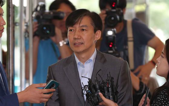 조국 법무부 장관 후보자가 28일 서울 광화문 인사청문회 준비단 사무실로 출근하며 기자들의 질문을 받고 있다. 김상선 기자