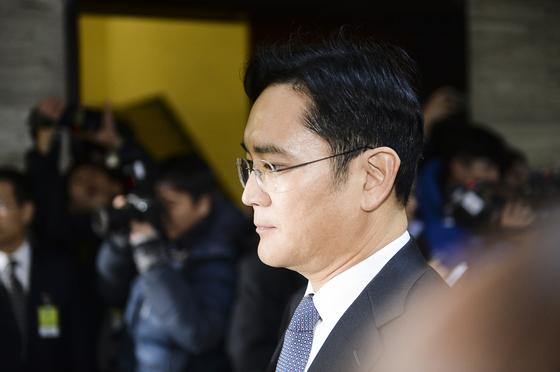 이재용 삼성전자 부회장이 2016년 12월 6일 오전 국회 박근혜-최순실 게이트 청문회장으로 들어가는 모습. [중앙포토]