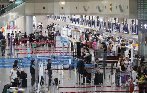 김해공항에서 승객들이 출국 준비를 하고 있다. [연합뉴스]