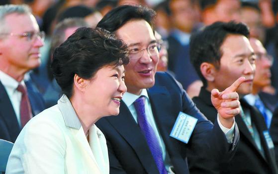 2015년 5월 7일 박근혜 당시 대통령이 삼성전자 반도체 평택단지 기공식에 참석해 이재용 삼성전자 부회장과 이야기하고 있다. [중앙포토]