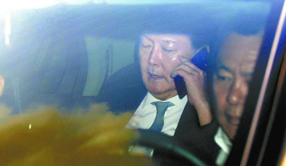 윤석열 검찰총장이 28일 오전 대검찰청으로 출근하는 차량에서 통화하고 있다. [뉴스1]