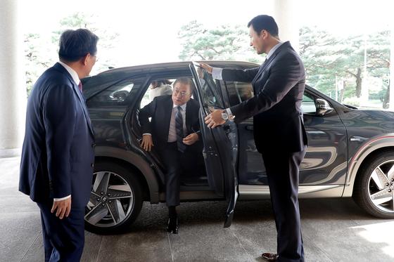 문재인 대통령이 27일 오후 대통령 전용차로 채택된 수소전기차 넥쏘에 탑승해 청와대 본관에 도착하고 있다. [사진 청와대]