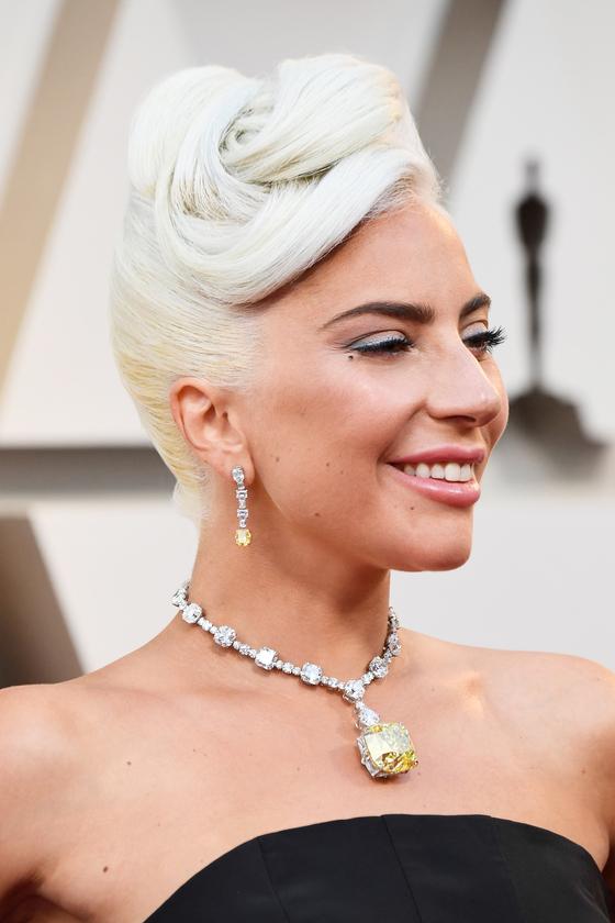 옐로 '티파니 다이아몬드'를 목에 걸고 있는 가수 레이디 가가. [사진 티파니]
