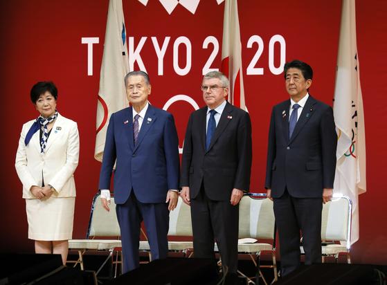 지난달 24일 도쿄올림픽 1년을 앞두고 가진 기념행사에 고이케 유리코 도쿄도지사(왼쪽)와 아베 신조 일본 총리(오른쪽)이 참석했다. 고이케 지사 오른쪽은 도쿄올림픽 조직위원장인 모리 요시히로 전 총리, 토마스 바흐 국제올림픽위원회(IOC) 위원장이다. [EPA=연합뉴스]