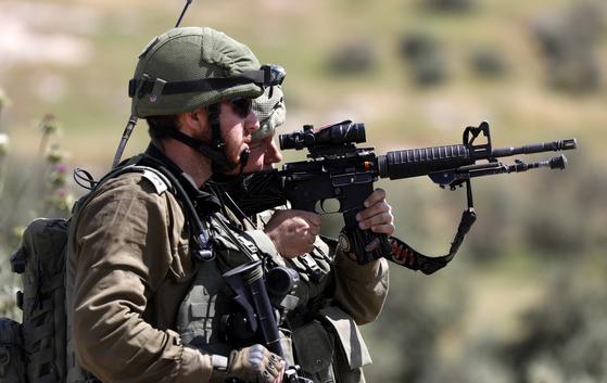 이스라엘은 고교 졸업 직후 군에 입대한다. 일반적으로 남자는 3년, 여자는 2년이다. 대학 입학은 그 다음이다. 사진은 베들레헴에서 경계근무를 서고 있는 이스라엘 사병들. [EPA=연합뉴스]