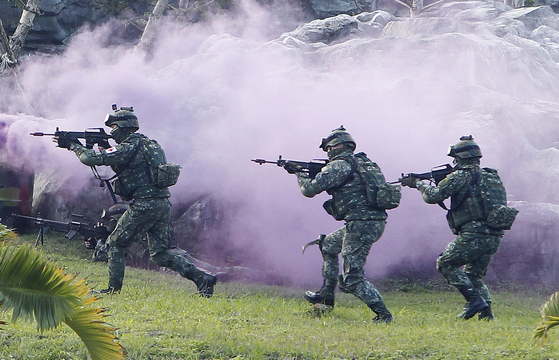 중국인민해방군이 대만과 가까운 저장성 저우산군도 해역에서 26~28일 사흘 동안 실전 훈련을 벌였다. 사진은 중국군 침입에 대비한 대만특수부대의 훈련 모습. [AP=연합뉴스]