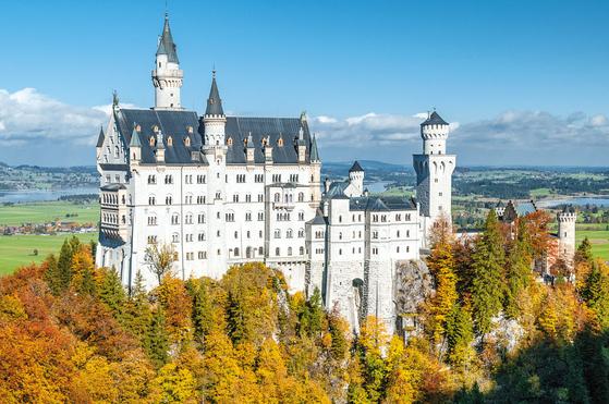 롯데관광은 가을을 맞아 세계적인 맥주 축제인 옥토버페스트, 뷔르츠부르크에서 퓌센으로 이어지는 로맨틱 가도가 펼쳐지는 독일 일주 상품을 선보였다. 사진은 세계에서 가장 아름다운 성 중 하나로 꼽히는 독일 퓌센의 노이슈반슈타인 성의 모습. [사진 롯데관광]