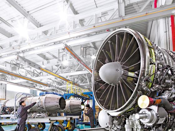 한화에어로스페이스 창원사업장에서 직원이 항공기 엔진을 검수하고 있다. 한화에어로스페이스는 지난해 12월 베트남 하노이에서 글로벌 항공엔진 기업으로 도약하는 데 핵심적 역할을 할 항공기 엔진부품 신공장을 준공했다. [사진 한화그룹]