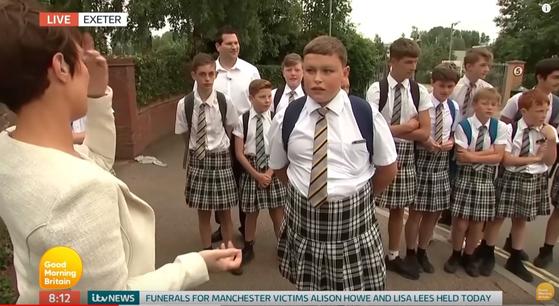 2017년 6월 영국 엑세터 스쿨 남학생들이 단체로 교복 치마를 입고 등교하며 여름에도 긴바지만을 허용한 학교의 교복 정책에 항의하고 있다. [굿모닝브리튼 캡처]