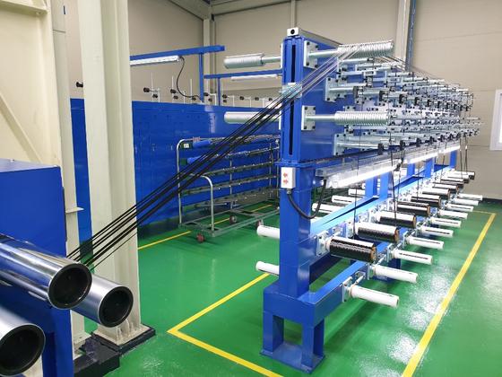 효성첨단소재 전주공장에서 완성된 탄소섬유를 기계로 검사하고 있다. [사진 효성첨단소재]
