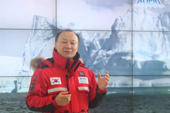 장보고과학기지 5차 월동대(2017.10-2018.11)를 이끈 유규철 박사가 남극기지용 유니폼을 입고 기지 생활을 설명해주고 있다. 최준호 기자