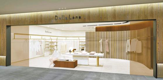 신세계백화점이 '델라라나'와 'S' 2개로 운영하던 자체 여성복 브랜드를 '델라라나' 하나로 통합했다. 최고급 소재와 이탈리아 현지 생산 등을 통해 연 매출 1000억원의 메가 브랜드로 키울 계획이다. 델라라나 강남점 매장. [사진 신세계백화점]