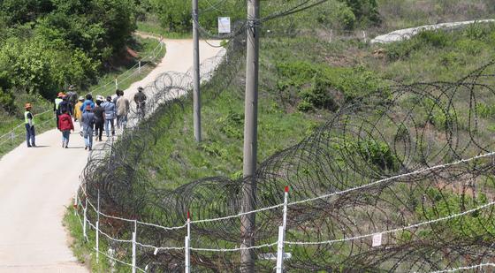 DMZ 평화의길은 정전 후 처음으로 민간인이 DMZ 안쪽을 걸어볼 수 있는 길이다. 금강산·개성공단 등 북한 땅을 가까이서 볼 뿐 아니라 한국전쟁 때 격전이 벌어졌던 현장을 보며 걷는다. 철원 구간에서 철책을 따라 걷는 사람들. [중앙포토]
