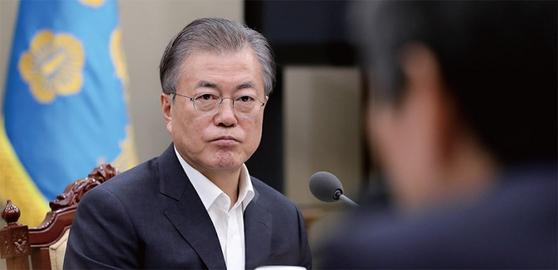 문재인 대통령이 8월 22일 오후 청와대에서 한일군사정보보호협정 관련 국가안전보장회의(NSC) 상임위 회의 내용을 보고받고 있다.
