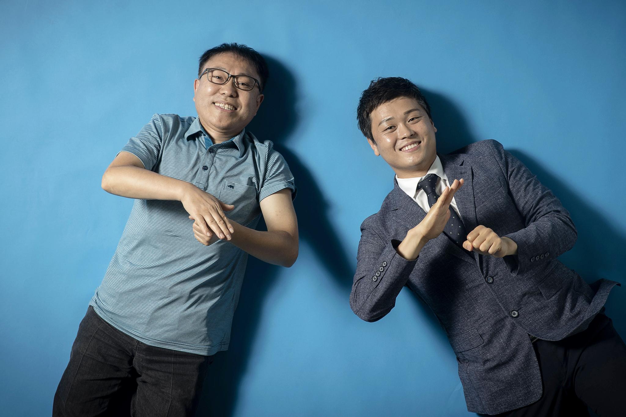 김철환 수어통역사(왼쪽)는 부처님의 말씀을, 추호성 수어통역사는 신조어를 수어로 전달한다. 이들은 청각장애인들에게 일상언어 말고도 여러 분야의 수어 통역이 필요하다고 말했다. 두 사람이 '사랑해'를 수어로 표현하고 있다. 장진영 기자