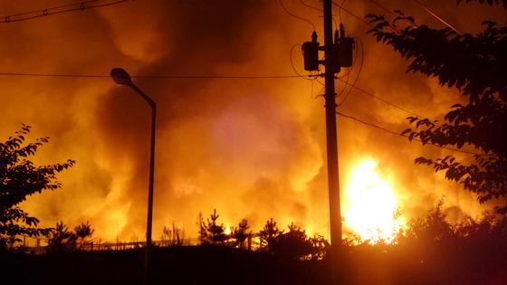 30일 오후 11시50분쯤 충북 충주시 신니면의 한 공장에서 불이 나 소방당국이 진화중이다. [뉴스1]