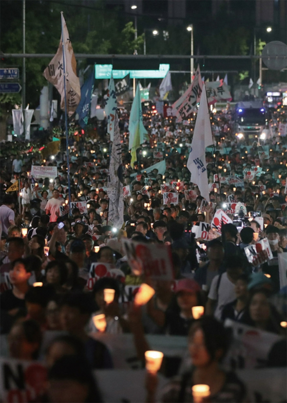광복절인 8월 15일 광화문광장에서 일본 아베 정권을 규탄하는 촛불 집회가 열렸다. / 사진:연합뉴스