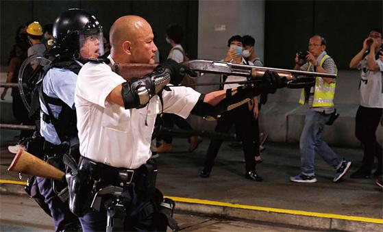 지난 7월 말 홍콩 시위대를 향해 총을 겨눈 홍콩 경찰이 중국 정부로부터 오는 10월 1일 건국 70주년 기념식에 초청을 받았다. 그는 중국 대륙에서 영웅시되고 있다. 시위대를 거칠게 다루라는 중국 당국의 바람이 담긴 것으로 풀이된다. [로이터=연합뉴스]