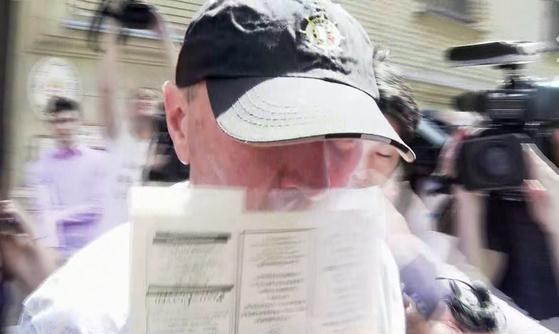 헝가리 유람선 침몰사고의 '가해 선박' 선장 유리 차플린스키가 지난 6월 13일 얼굴을 가린 채 헝가리 법원 구치소를 나오고 있다. [연합뉴스]