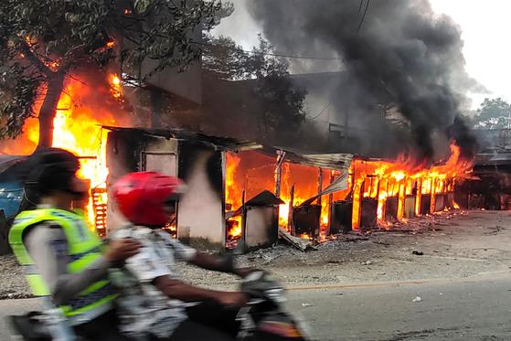 파푸아 최대 도시인 자야푸라에서 29일(현지시간) 시위대의 방화로 건물이 불타고 있다. [AFP=연합뉴스]