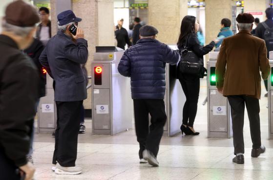 오씨는 일주일에 3~4일은 공짜 지하철을 타고 종로 3가로 나선다. 근처의 종묘공원에서 사람들을 만난다. [중앙포토]