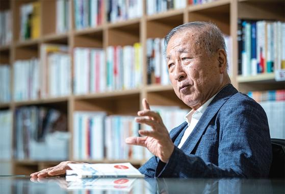 """김영호 전 산자부 장관은 한·일 경제전쟁 속에서 '한국이 보복을 지양하고, 민주주의와 자유무역의 대변자가 됐으면 좋겠다""""고 희망했다."""