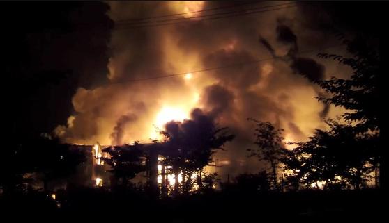 지난달 30일 오후 11시50분쯤 충북 충주시 중원산업단지의 한 공장에서 불이 나 소방당국이 진화작업을 벌이고 있다. [뉴스1]