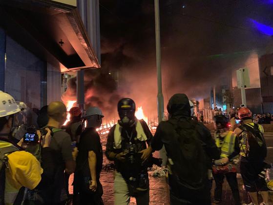 홍콩 시위대가 31일 완차이 도로 한가운데에 설치한 바리케이드에서 불길이 번지고 있다. [유상철 기자]