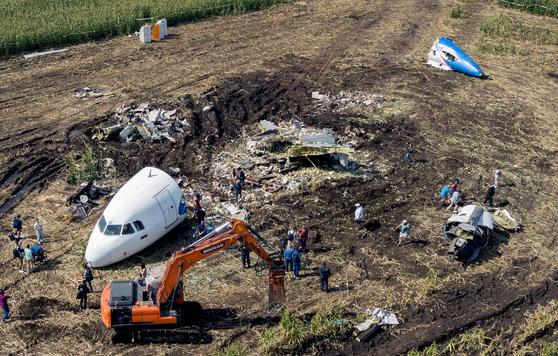 지난 24일 모스크바 쥬코프 공항 인근의 옥수수밭에서 에어버스 사고여객기 분해작업이 진행되고 있다.[연합뉴스]