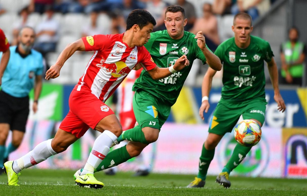 오스트리아 잘츠부르크 공격수 황희찬(왼쪽)이 3경기 연속골을 터트리면서 선두질주를 이끌었다. [사진 잘츠부르크 트위터]
